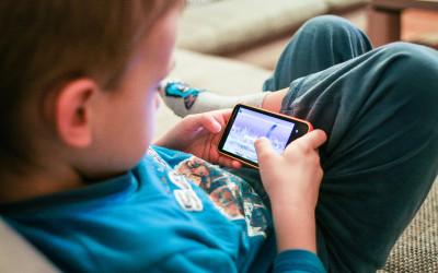 Je vhodné zveriť dieťaťu mobilný telefón?